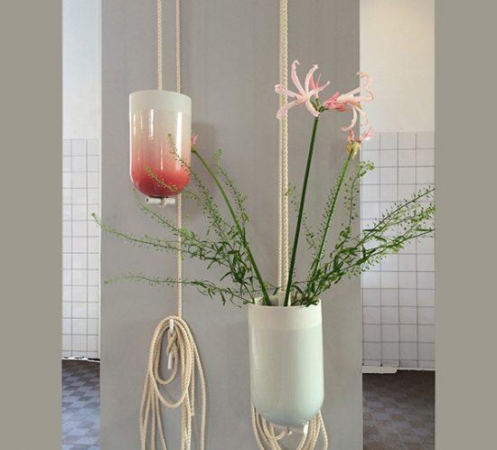 Spatial Vase von Studio Lotte Douwes rot und blau